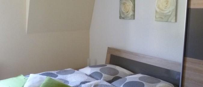 Ein großes Doppelbett mit rückengerechten Lattenrosten und ein großer Kleiderschrank laden zum Träumen ein.